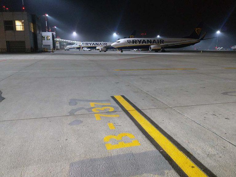 usuwanie oznakowania poziomego na płycie lotniska